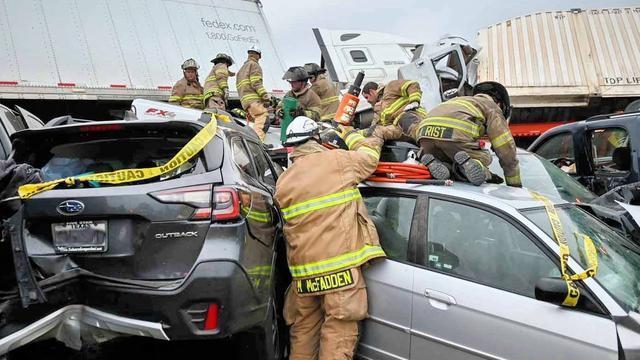 De brandweer moest mensen uit hun benarde posities bevrijden.