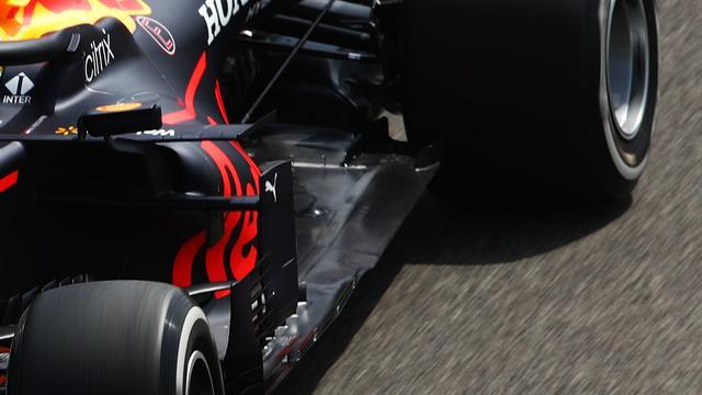 Door een regelwijziging aan de vloer moet deze smaller zijn en minder flapjes en gleuven hebben. Red Bull heeft een kleine rij geleiders aan de rand. Deze moeten ervoor zorgen dat de luchtstroom onder de auto afgesloten blijft van de wervelingen die onder meer van de voorwielen komen.