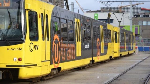 'Auto botst met tram op Beneluxlaan Utrecht'