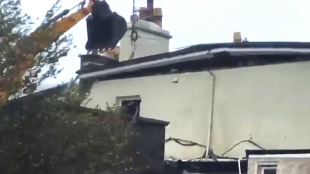 Graafmachine voorkomt dat dak wegwaait tijdens storm in Ierland