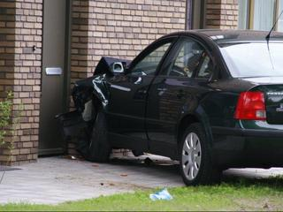 Auto rijdt tegen gevel woning