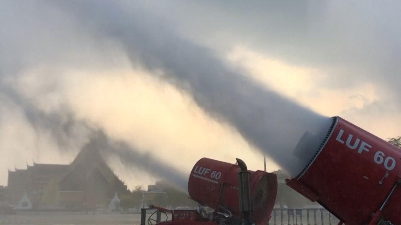 Waterkanonnen ingezet tegen luchtvervuiling in Bangkok