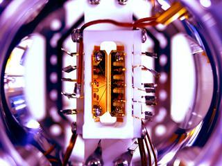 Apparaat met vijf 'qubits' kan verschillende algoritmes aan