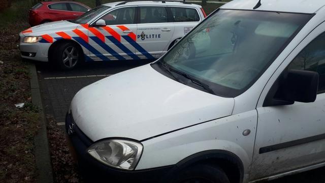 Politie haalt niet goedgekeurde auto van de weg op A16