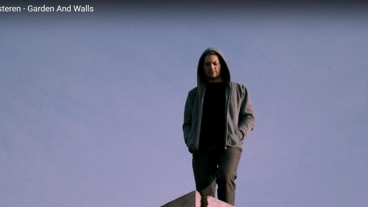 Bekijk hier de clip bij het nummer Garden and Walls van Remy van Kesteren