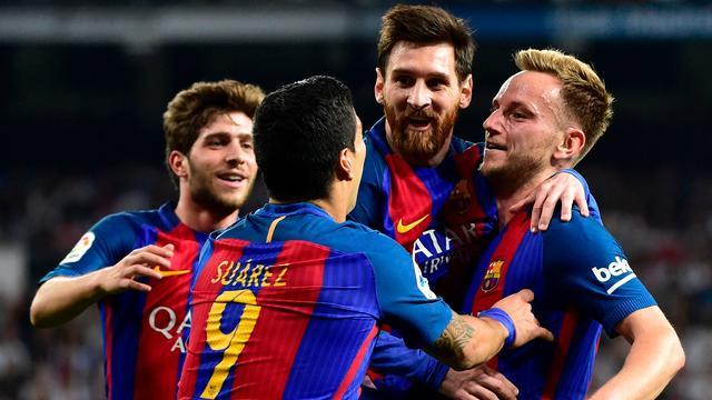Messi bezorgt Barça in blessuretijd winst in Clasico met jubileumgoal