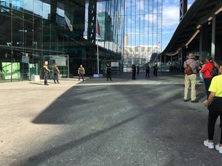 Groep agenten zijn stadskantoor binnengevallen