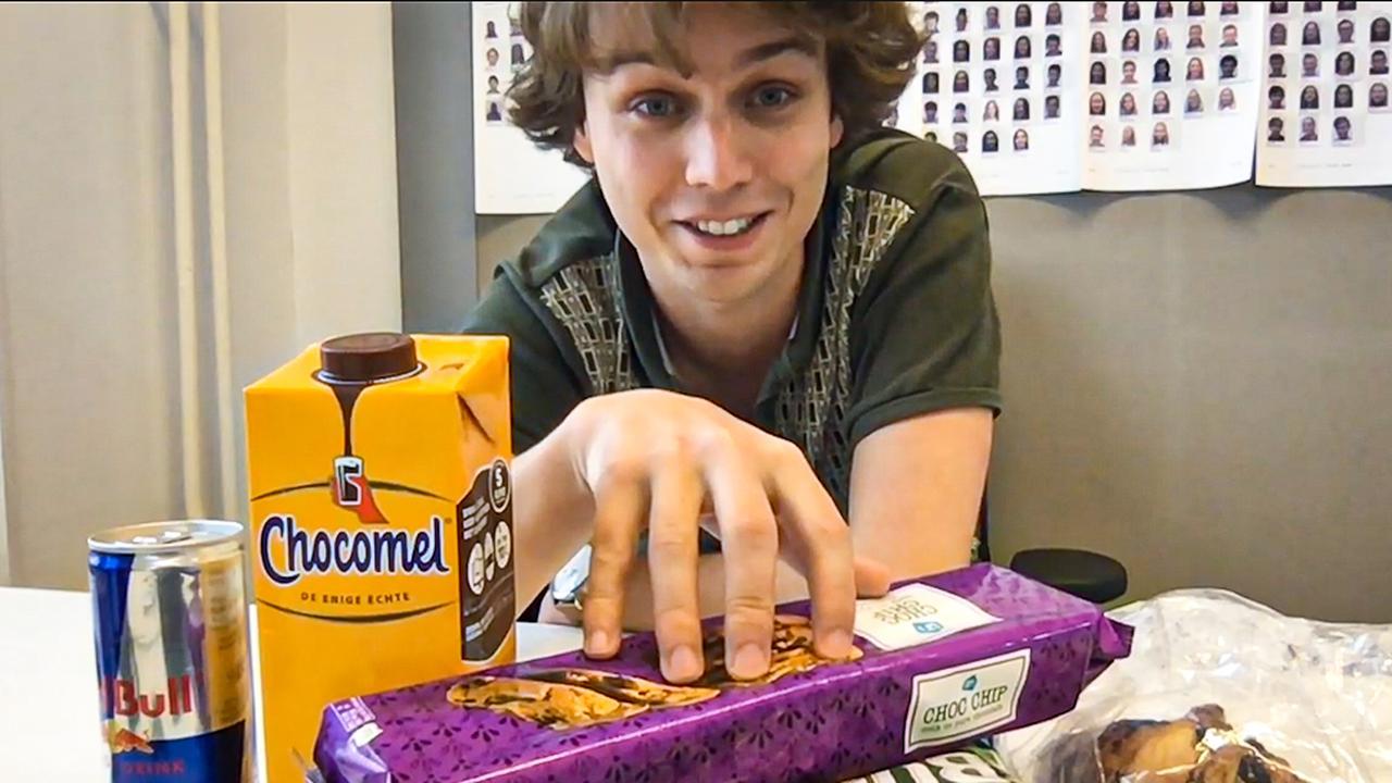 Deze creatieve docent geeft wegens coronavirus les via YouTube