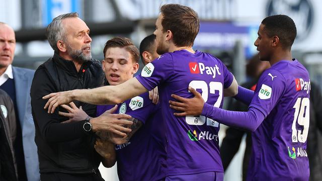 Tegen sc Heerenveen stond FC Groningen onder leiding van assistent-coach Adrie Poldervaart, die na de 1-1 bij de feestvreugde betrokken werd.