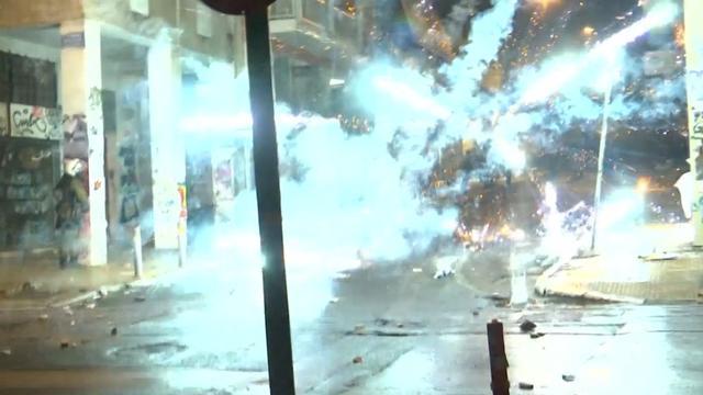 Jongeren gooien met vuurwerk naar politie in Athene