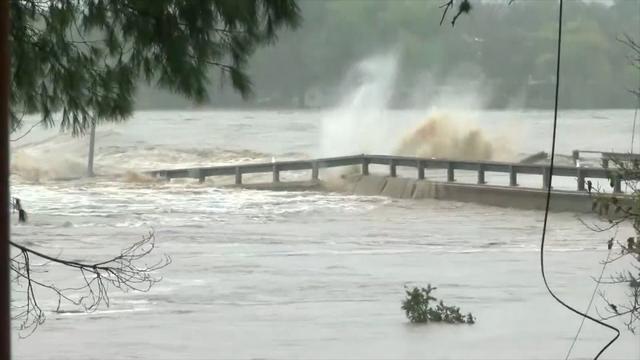 Texaanse rivier sleurt complete brug mee