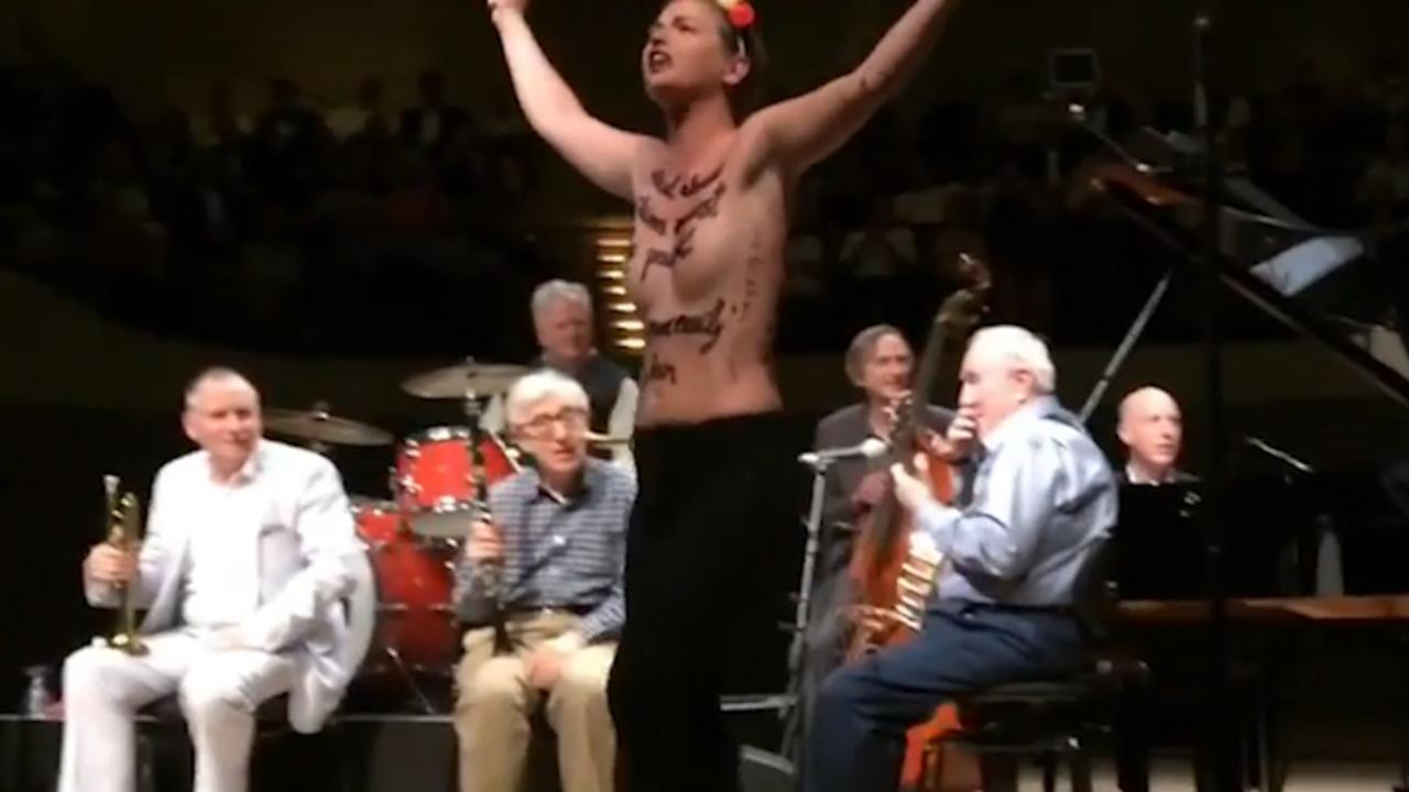 Halfnaakte vrouwen bestormen podium tijdens optreden Woody Allen