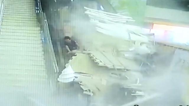 Toeristen bedolven onder ingestort plafond in China