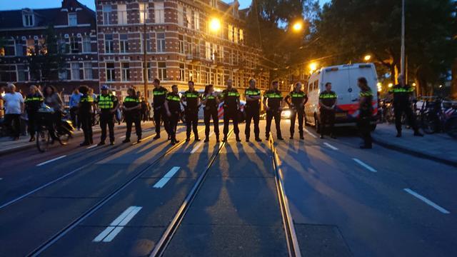 Politie grijpt in bij demonstratie UvA-studenten Roeterseiland