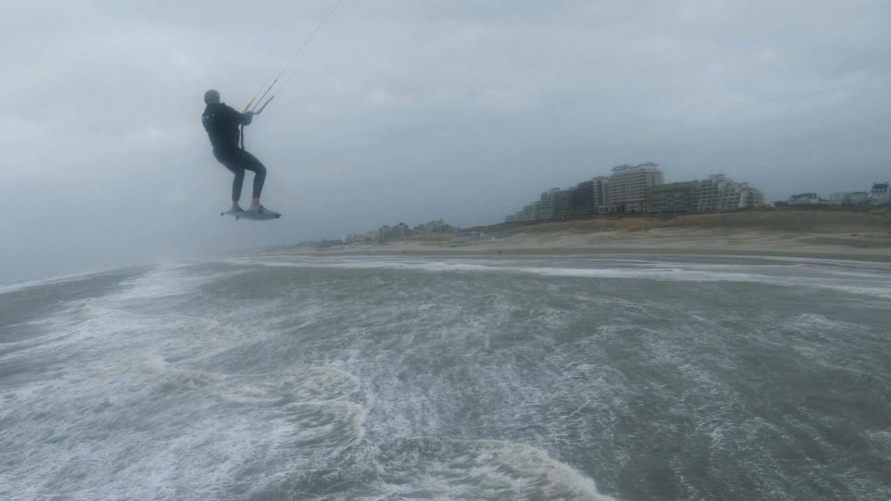 Drone filmt kitesurfer bij Noordwijk tijdens storm