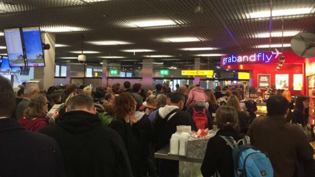 Vliegtuig naar Parijs op Schiphol doorzocht om dreigtweet
