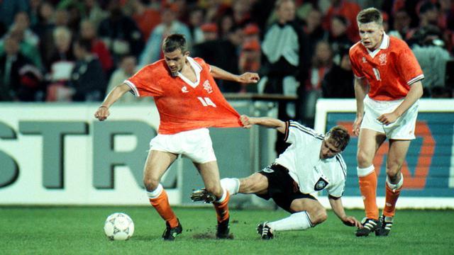 Youri Mulder (rechts) in het shirt van Oranje tegen Duitsland.