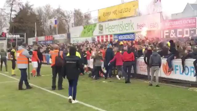 Vechtende supporters leggen voetbalderby stil in Rijnsburg