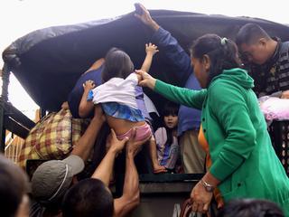 Honderdduizenden bewoners op de vlucht; toeristen vast op vliegvelden