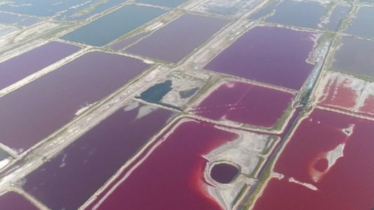 Chinees meer krijgt regenboogkleuren door hitte