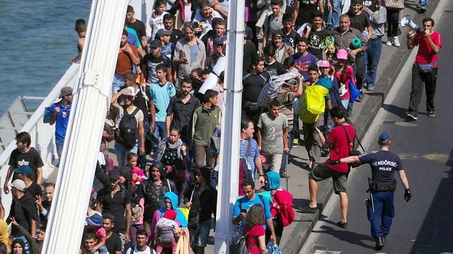 Vluchtelingen Boedapest lopen via snelweg richting Oostenrijk