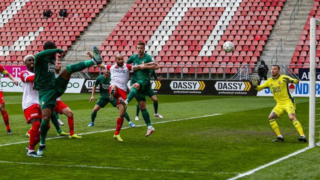 Leroy Fer brengt Feyenoord met een eigen goal op een 1-0-achterstand tegen FC Utrecht.