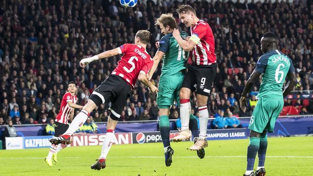 PSV speelt dankzij late treffer De Jong gelijk tegen Tottenham in CL