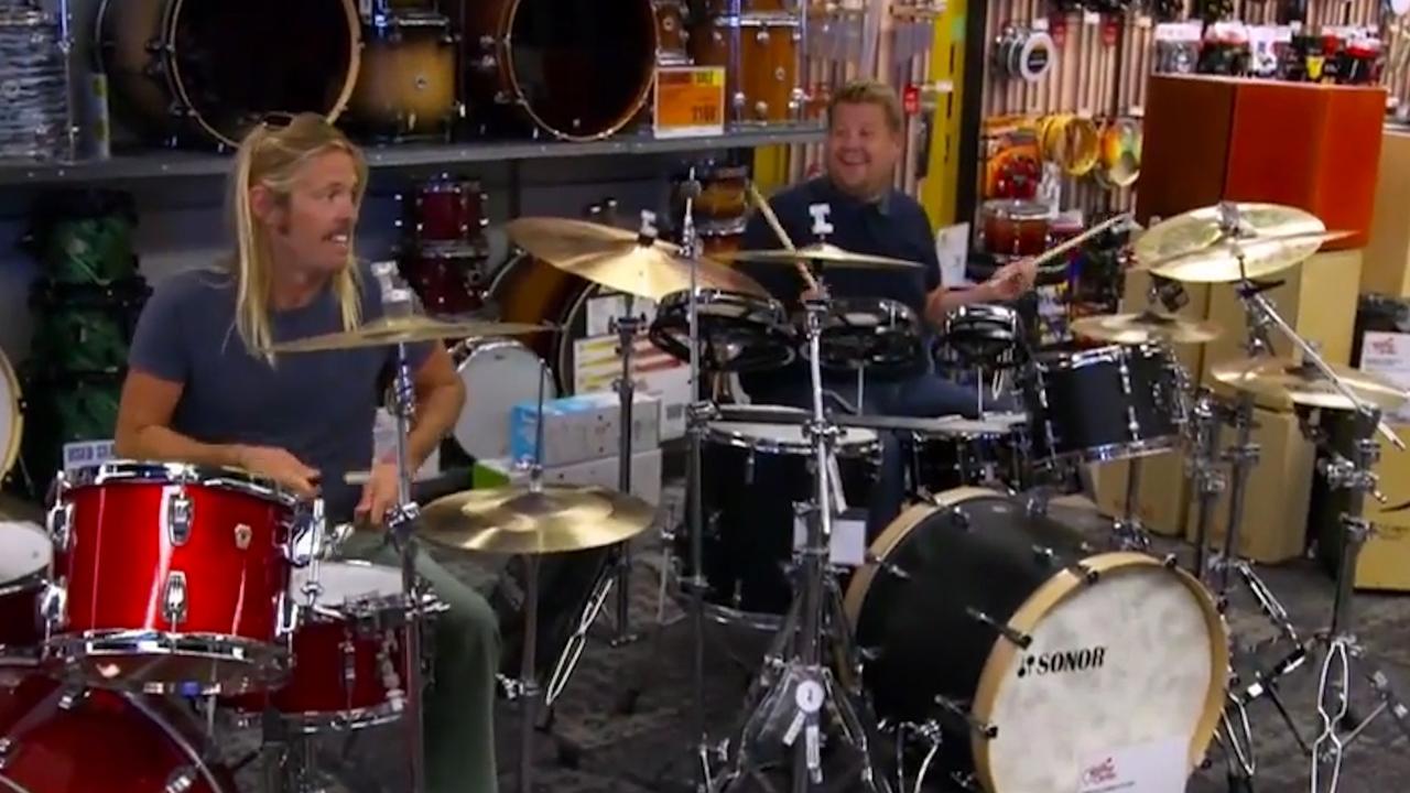 James Corden daagt Foo Fighters uit tot drumbattle