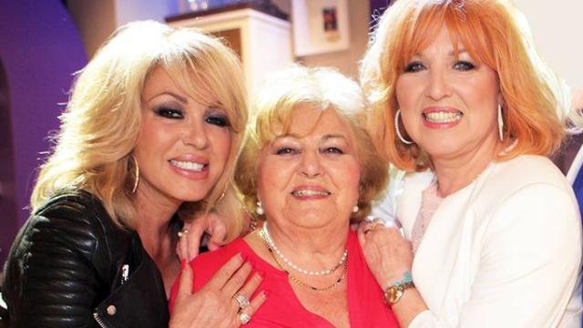"""Patricia Paay deelt een foto van zichzelf met haar zus en inmiddels 94-jarige moeder. """"We zijn blij dat we ons nog bij ons hebben"""", aldus de zangeres. (Foto: Instagram/Patricia Paay)"""