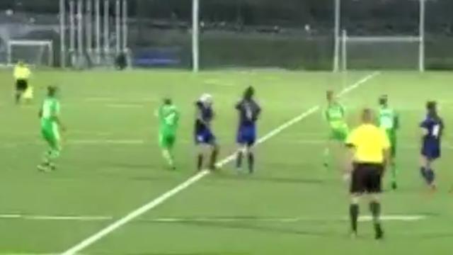 Noord-Ierse voetbalster scoort met volley vanaf eigen helft