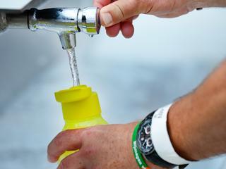 Tappunten of verstrekking van flesjes drinkwater