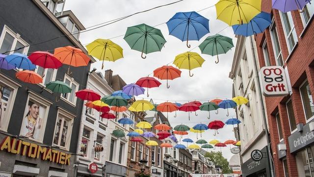 Regenboog van paraplu's in Lange Elisabethstraat voor Utrecht Canal Pride