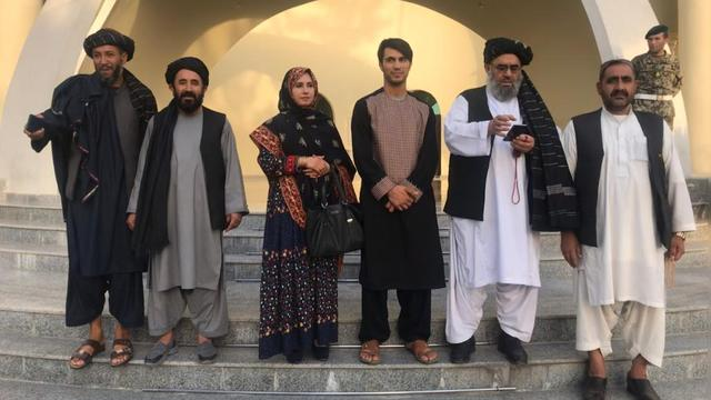 Gulali Mohammadi in het midden met haar broer.