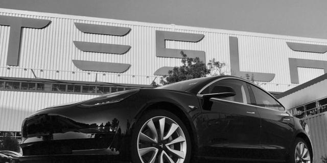 Musk presenteert eerste Tesla Model 3