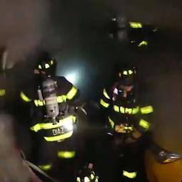 Brandweerlieden in New York omgeven door grote vuurbal