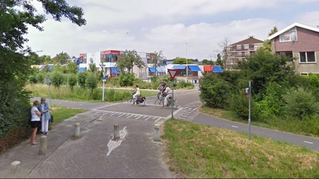 Scooterrijder en fietser naar ziekenhuis na botsing op Broekweg
