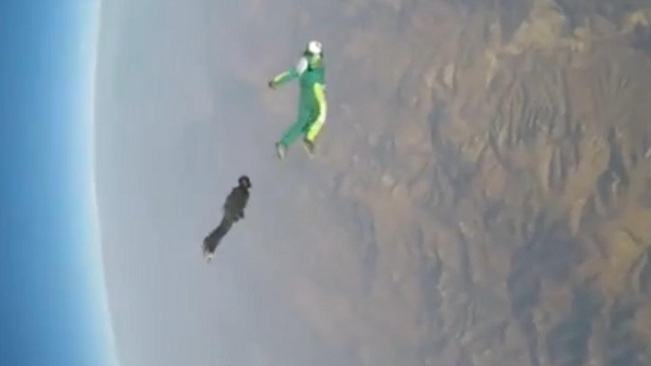 Skydiver springt uit vliegtuig zonder parachute