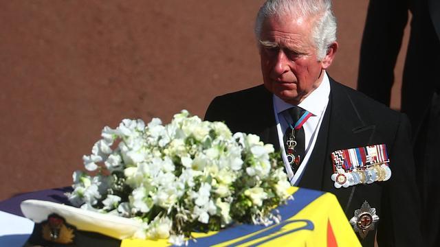 Prins Charles, de zoon van Philip, vooraan de rouwstoet.