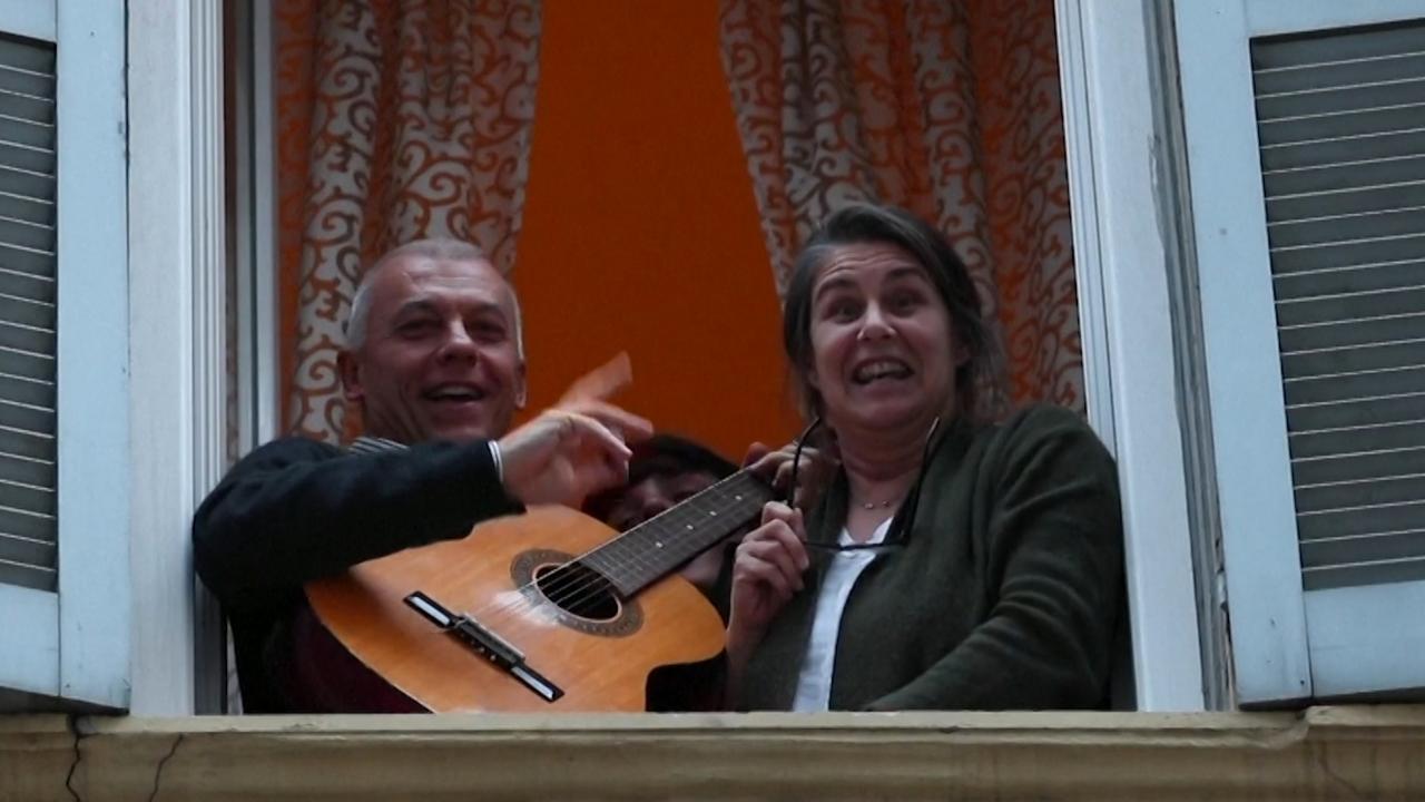 Italianen in quarantaine putten kracht uit massale zangpartijen