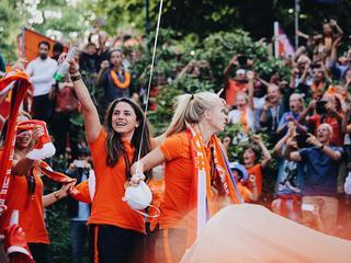 Leeuwinnen door twaalfduizend fans toegejuicht in Park Lepelenburg