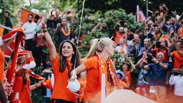 Oranjevrouwen feestelijk gehuldigd in Utrecht