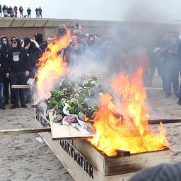 Vreugdevuren herdacht met 'crematie' op strand Duindorp