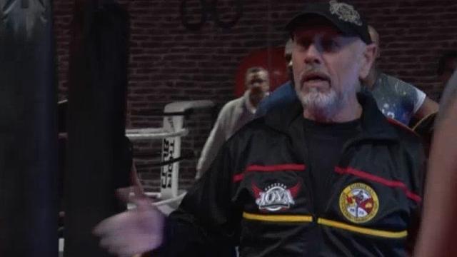 Kickbokstrainer Thom Harinck geeft weer dagelijks les