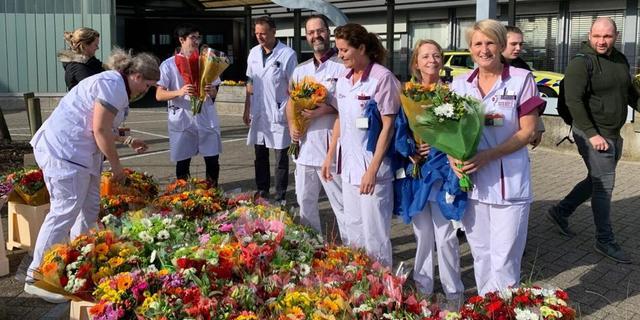 Personeel LUMC en Alrijne Ziekenhuis krijgt massaal bloemen aangeboden