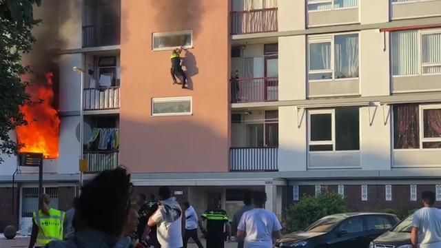Agent zwaargewond na sprong uit flat na brand in Utrecht