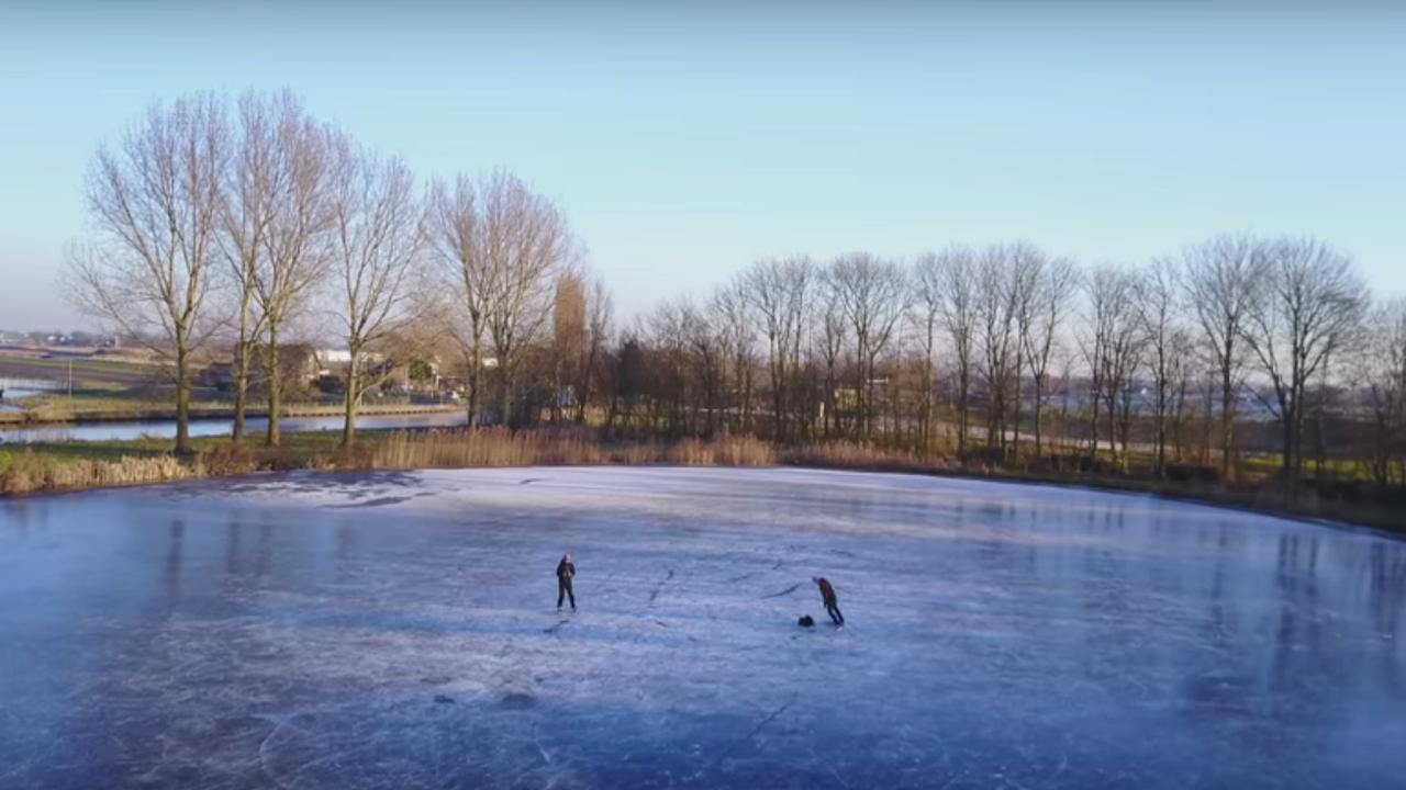 Drone filmt schaatsliefhebbers op natuurijs in Pijnacker