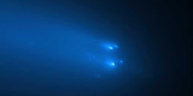 Ruimtetelescoop Hubble ziet hoe verre komeet uit elkaar valt