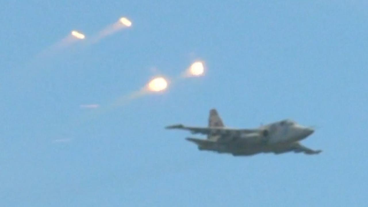 Gevechtsvliegtuigen werpen flares af bij oefening in Oekraïne