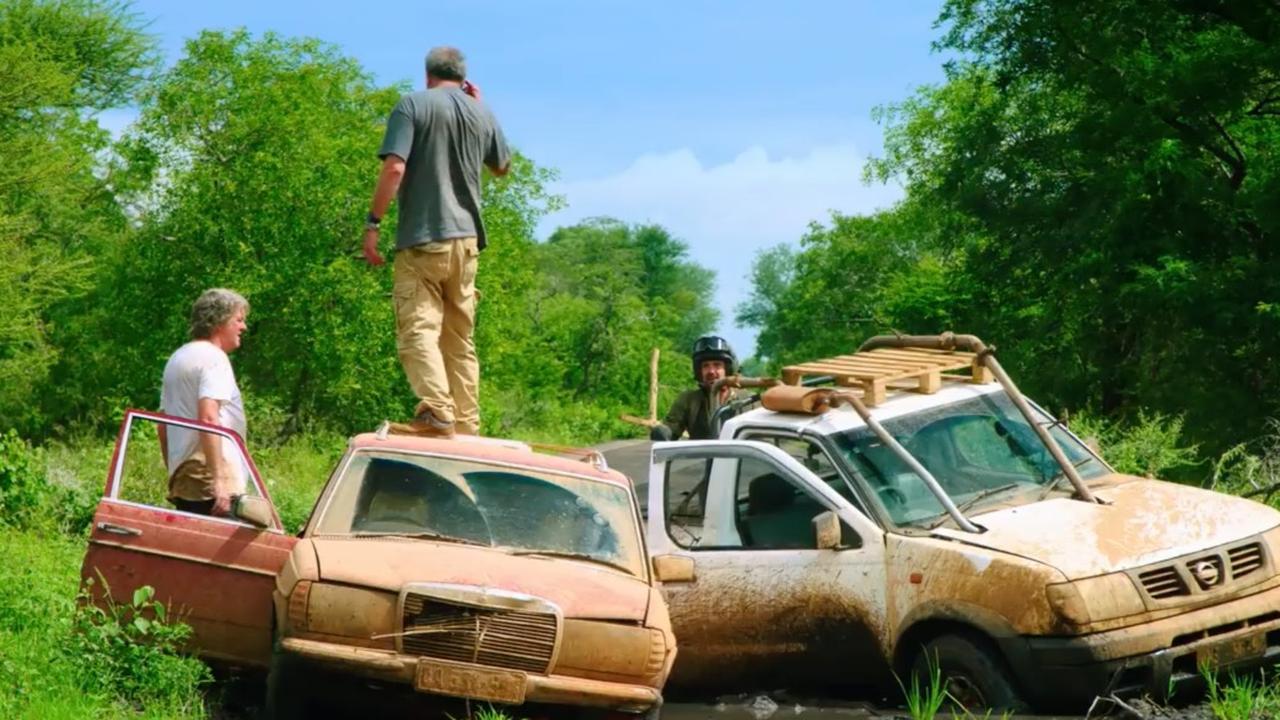 Presentators Grand Tour trotseren modderige wegen in Mozambique