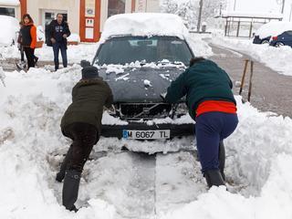 Duizenden automobilisten gestrand op ondergesneeuwde snelweg